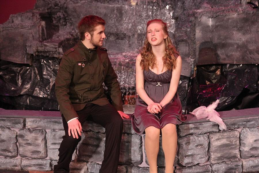 Justin Sczesny (Benedick) and Anna Grahlherr (Beatrice) are performing a scene on stage.