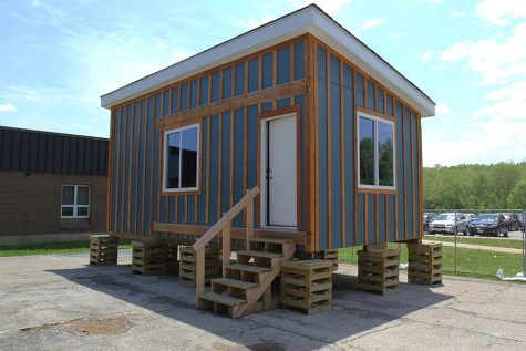The 25 students enrolled in Geometry in Construction began building a tiny house, October 2017.
